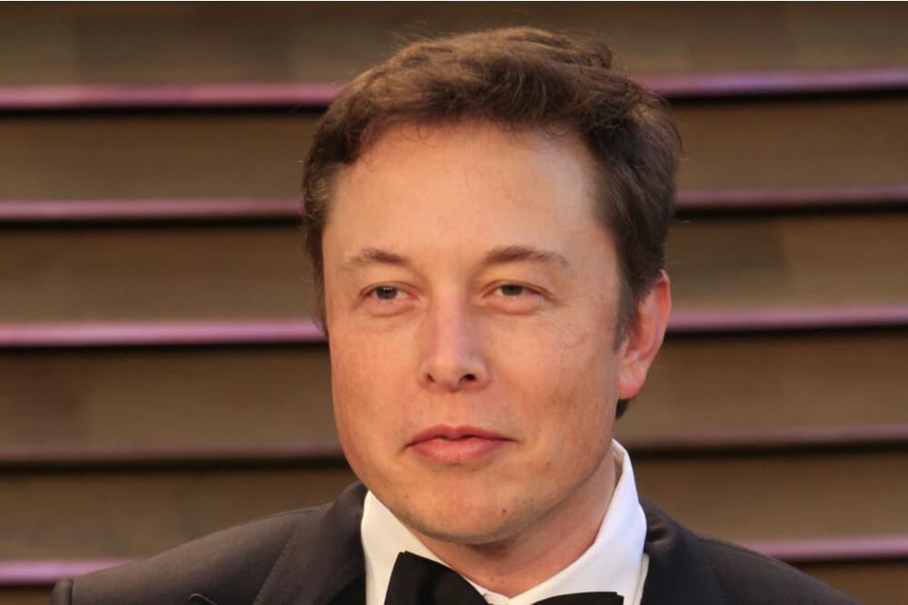 Elon Musk enfrenta manifestantes do lado de fora da fábrica da Tesla devido à sua influência sobre a criptografia